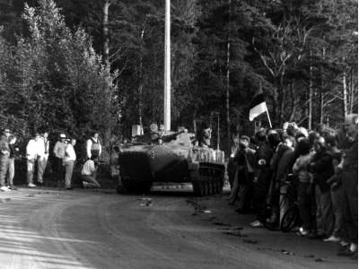 Tankid lahkuvad Tallinna Teletorni juurest. Eesti Rahvusraamatukogu.