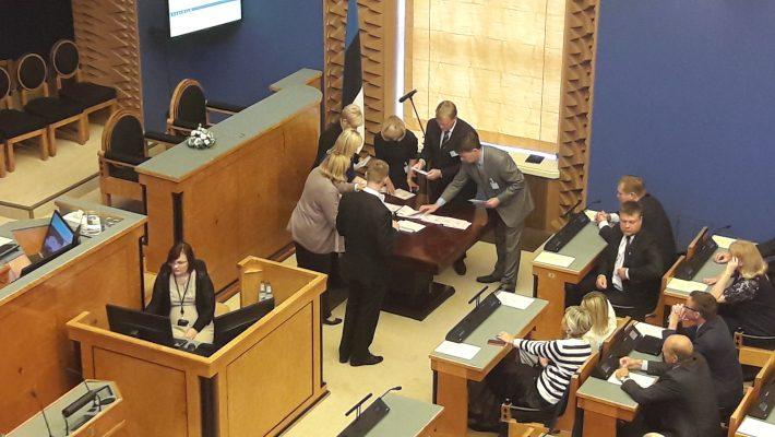 Vabariigi Valimiskomisjon Riigikogu istungil hääletustulemust selgitamas