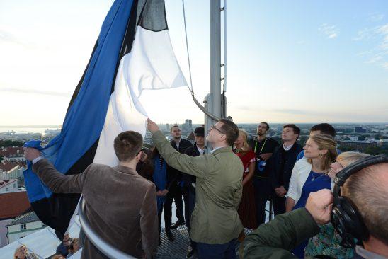 Pika Hermanni torni heiskasid lipu iseseisvuse taastamise päeval sündinud noored