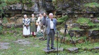 Спикер Рийгикогу Эйки Нестор почтил в Райккюла, на горе Пака, жертв набега орденских рыцарей, погибших 800 лет назад.