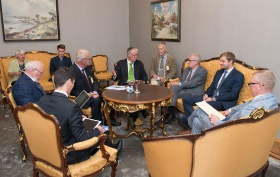 Riigikogu esimees Eiki Nestor, põhiseaduskomisjoni esimees Kalle Laanet ja rahanduskomisjoni esimees Remo Holsmer kohtumas Euroopa Nõukogu kohalike ja regionaalsete omavalitsuste kongressi (CLRAE) delegatsiooniga.