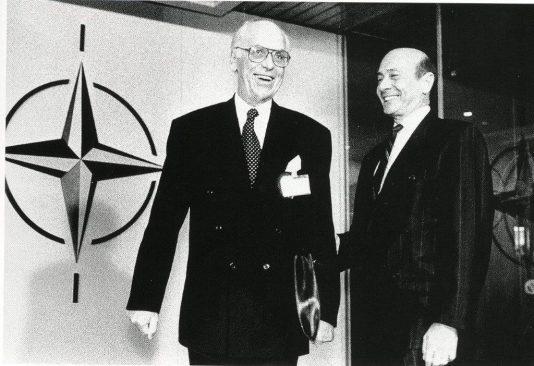 Välisminister Lennart Meri NATO peakorteris NATO peasekretäri Manfred Wörneriga. Eesti 25 aastat tagasi : murranguline algus sõnas ja pildis / koost. Enno Tammer. Tallinn : Tammerraamat, 2016.