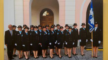 Riigikogu esimees Eiki Nestor koos naiskodukaitsjatega