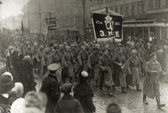 Eesti sõjaväelaste manifestatsioon Petrogradis, 8. apr. (26. märts) 1917. Vitali Lokk. Eesti rahvusväeosad 1917-1918. Tallinn: Argo, 2008.