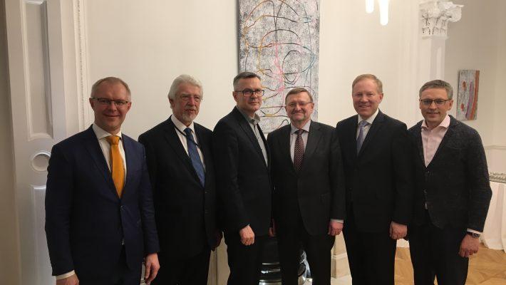 Hanso ja Mihkelson koos Läti ja Leedu kolleegidega Londonis