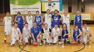 Riigikogu korvpallimeeskond kohtus Eestimaa talimängudel omavalitsusjuhtide võistkonnaga
