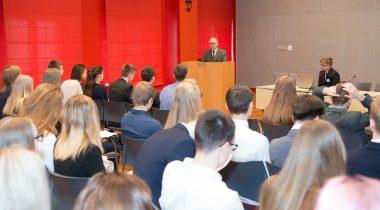 Riigikogu aseesimees Enn Eesmaa noorte parlamendi istungil