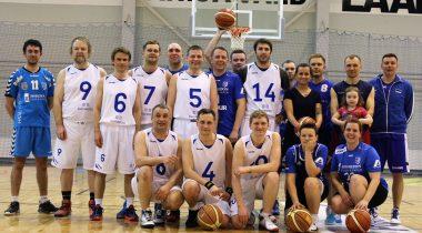 Riigikogu korvpallimeeskond pärast kohtumist koos Kehra võistkonnaga.