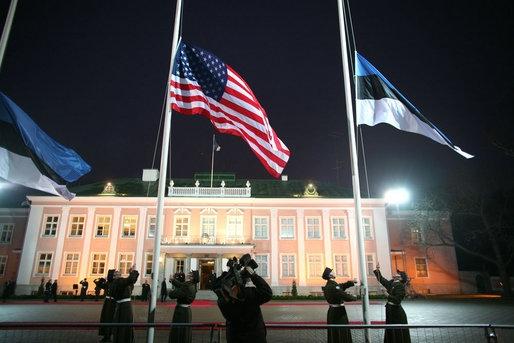 Eesti ja USA lipud Kadrioru lossi ees novembris 2006 (USA Valge Maja foto, Paul Morse)
