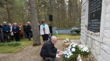 Nestor laid a wreath in memory of the people executed in Klooga 73 years ago