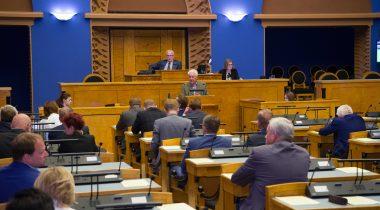 """Emeriitprofessor Rein Taagepera tegemas ettekannet olulise tähtsusega riikliku küsimuse """"Riigireform ja hea halduse põhialused"""" arutelul 5. juuni 2018 täiskogu istungil. Foto: Erik Peinar / Riigikogu Kantselei"""