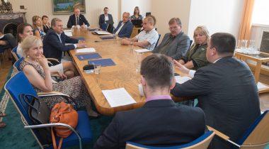 Peaminister Jüri Ratas ja välisminister Sven Mikser andsid täna Riigikogu väliskomisjoni ja riigikaitsekomisjoni liikmetele ülevaate Brüsselis toimunud NATO tippkohtumise tulemustest.
