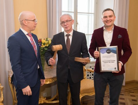 Riigikogu esimees Eiki Nestor võtab Hea Õigusloome Tava konkursi korraldajatelt vastu tunnistused parima seaduse eest