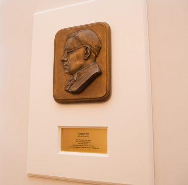 August Rei bareljeef Riigikogu nõupidamisruumis