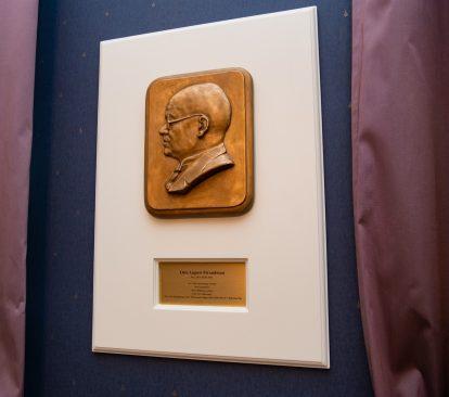Otto August Strandmani bareljeef Riigikogu nõupidamisruumis