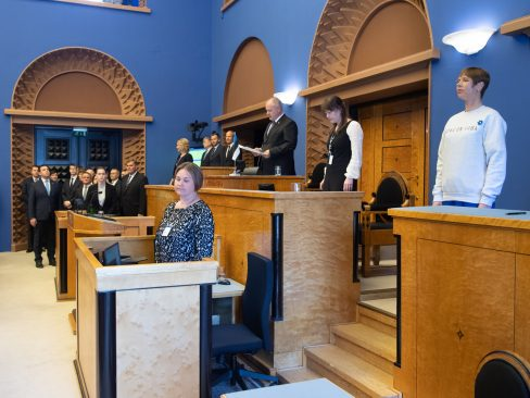 The substitute members of the Riigikogu and the members of the Government took their oaths of office. Photo: Erik Peinar
