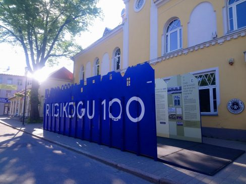 """Näitus """"Riigikogu 100"""" Paide raekoja ees. Foto: Maarit Nõmm"""