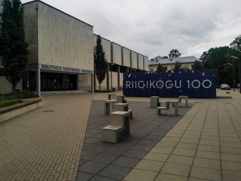 """Rändnäitus """"Riigikogu 100"""" Tartu Ülikooli raamatukogu ees. Foto: Kristin Kägu"""
