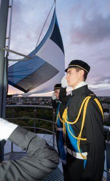 Kooliõpilased heiskasid vastupanuvõitluse päeva puhul lipu Pika Hermanni torni. Foto: Erik Peinar