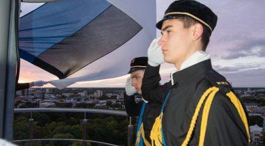 Школьники в честь Дня сопротивления подняли флаг на башне «Длинный Герман». Foto: Erik Peinar