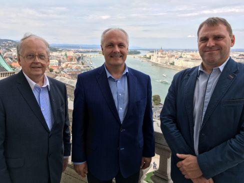 Eesti delegatsioon Ungaris. Enn Eesmaa, Henn Põlluaas ja Madis Milling