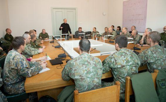 Riigikaitsekomisjon kohtus juhtimiskursuse ja kindralstaabi kursuse ohvitseridega