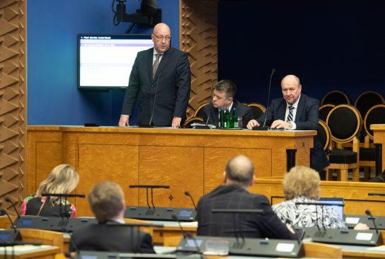 Maaeluminister Arvo Aller vastamas riigikogulaste küsimustele. Foto: Erik Peinar