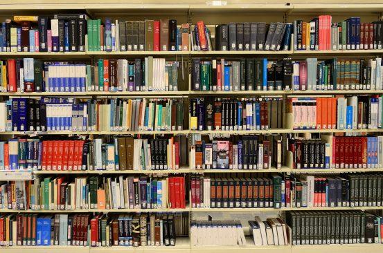 Raamaturiiul raamatukogus, foto: Pixabay