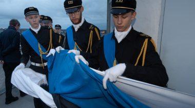 Tallinna 21. kooli õpilased heiskasid Eesti vastupanuvõitlemise päeva auks Pika Hermanni torni sinimustvalge lipu, 2020