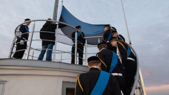 XXI Kooli õpilased heiskasid vastupanuvõitluse päeval Pika Hermanni torni lipu